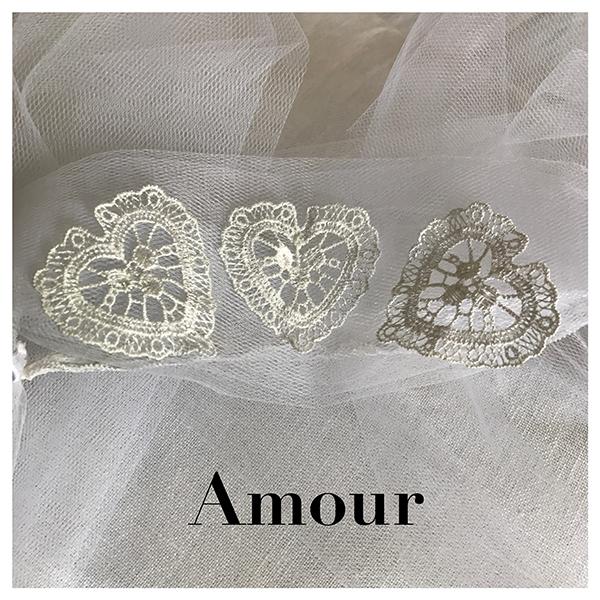 Le headband AMOUR collection mariage Epouse-Moi est un modèle rétro composé de tulle blanc et de 3 coeurs en crochet. Peut faire office de voile pour un mariage