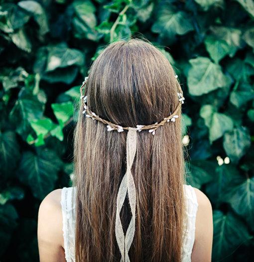 Le headband Rachel de la collection Fille de la Ballese pose et se glisse sur l'arrière de la tête.