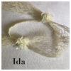 Le headband IDA, collection mariage Epouse-Moi est un modèle rétro, composé de dentelle crème avec de chaque côté une fleur de soie ivoire.