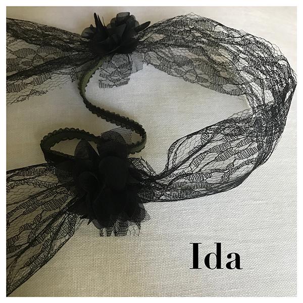 Le headband Ida, collection soirée Courtise-Moi est un modèle rétro, habillé et sobre. Il se compose de dentelle noire avec des fleurs en soie de chaque côté.