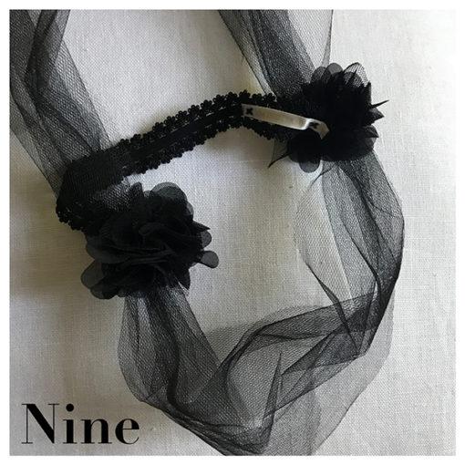 Le headband Nine collection soirée Courtise-Moi est un modèle chic et rétro inspirations années 20-30. Il se compose de tulle noir accompagné de fleurs en soie.
