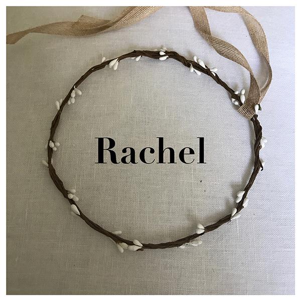 Le headband Rachel collection enfant Fille de la Balle est une couronne fermée en épis blancs. Elle ne se règle pas. Lien décoratif en chanvre à l'arrière.