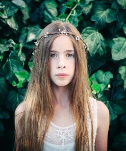 Le headband Rachel de la collection Fille de la Balle est une couronne fermée en épis blancs qui mesure entre 18 et 19 cm de diamètre