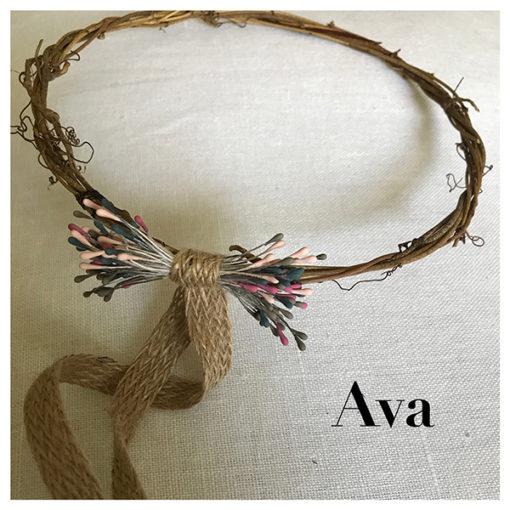 Le headband AVA collection enfant Fille de la Balle est un modèle bohème, fait main. Couronne en brindille, bois, petit noeud en épis multi-couleurs, ruban chanvre.