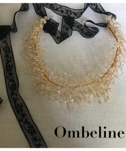 Le headband Ombeline de la collection soirée Courtise-Moi est un modèle lumineux et modulable composé d'une structure dorée avec des cristaux disposés en épis.