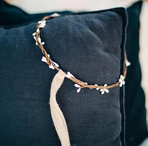 Le headband Rachel de la collection Fille de la Balle possède à l'arrière un lien décoratif en chanvre.