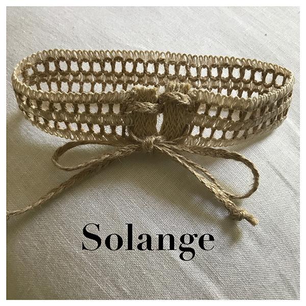 Le headband Solange collection enfant Fille de la Balle est un modèle ensoleillé, en chanvre et coton. Réglable, il s'attache grâce à son cordon tressé en jute.