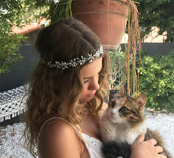 Le headband Beline de la collection Epouse-Moi se compose de strass en forme de fleurs pour un rendu romanesque