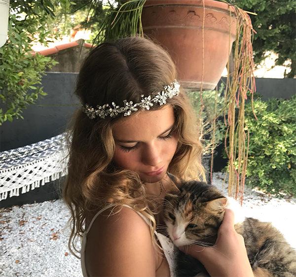Le headband BELINE de la collection Epouse-Moi et ses jolis strass en forme de fleurs apportent une touche romantique à votre bijou de cheveu pour votre mariage