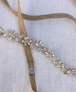 Le headband BELINE IDA DEGLIAME et sa structure dorée peut s'attacher derrière la tête avec un lien en chanvre