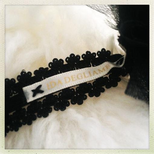 Le headband Nine de la collection Courtise-Moiest amovible et s'adapte à votre tour de tête grâce à son élastique.