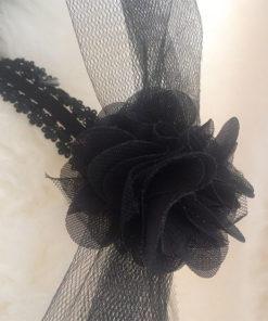 Le headband Nine de la collection Courtise-Moi se compose de tulle noir accompagné de fleurs en soie.