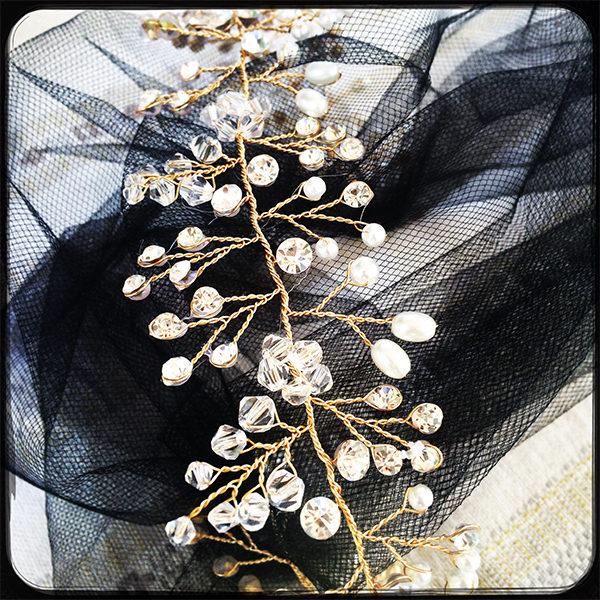 Le headband Louise de la collection Courtise-Moi se compose d'une structure argentée ou dorée, avec des strass, perles et cristaux disposés en forme foliaire.