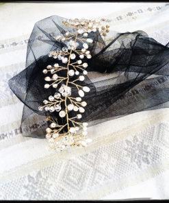 Le headband Louise de la collection Courtise-Moi s'adapte à votre tour de tête grâce à son lien qui se coulisse et se noue, en tulle noir ou dentelle noire