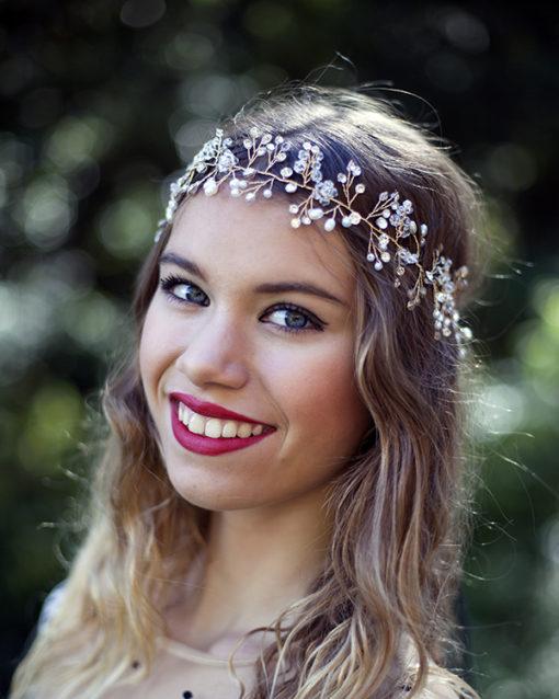 Le headband LOUISE de la collection soirée Courtise-Moise compose d'une structure argentée ou dorée, avec des strass, perles et cristaux disposés en forme foliaire et habillera votre tête avec grâce et élégance