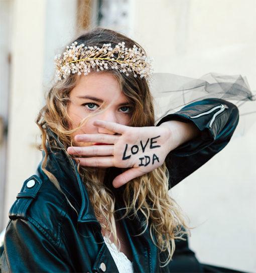 Le headband Ombeline de la collection Courtise-Moi est un modèle lumineux