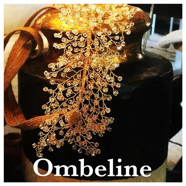 Le headband Ombeline de la collection Courtise-Moi est un modèle lumineux et modulable composé d'une structure dorée avec des cristaux disposés en épis.