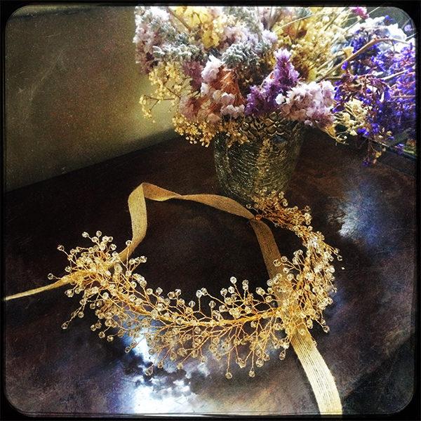 Le headband Ombeline de la collection Courtise-Moi se compose d'une structure dorée avec des cristaux disposés en épis .