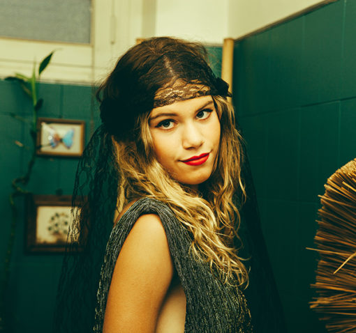 Le headband Ida de la collection Courtise-Moi est un modèle rétro d'inspiration années 20.