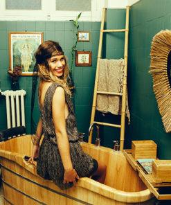Le headband Ida de la collection Courtise-Moi, avec sa dentelle noire et ses fleurs en soie, est un modèle à la fois chic et rock'n'roll