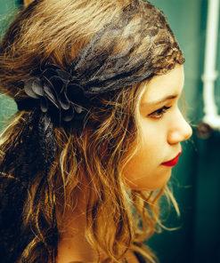 Le headband Ida de la collection Courtise-Moi est crée et confectionné dans notre atelier français, chaque pièce est unique.