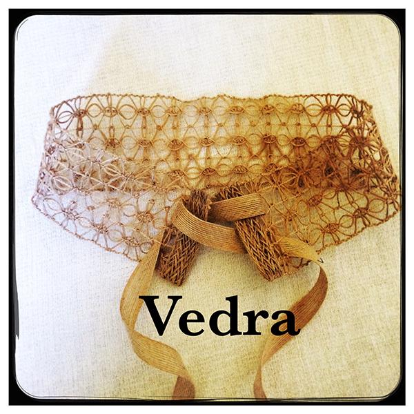 Le headband Védra, collection Réchauffe-Moi est un modèle authentique et léger pour l'été. 100% chanvre, crée et cousu à la main dans notre atelier français.