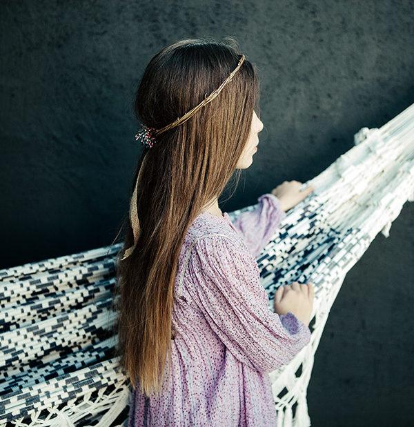 Le headband Ava de la collection Fille de la Ballese compose d'un petit noeud en épis multi-couleurs et d'un ruban de chanvre à l'arrière.