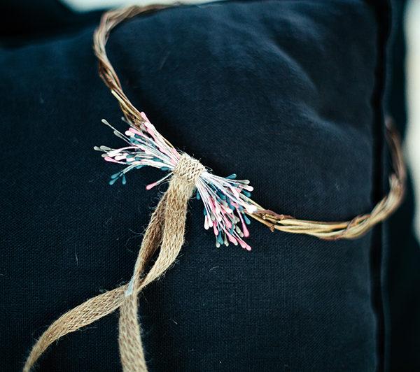 Le headband Ava de la collection Fille de la Balleest confectionné à la main dans notre atelier, chaque pièce est unique et peut comporter certaines irrégularités.