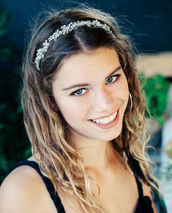 Le headband Beline de la collection Courtise-Moi est un modèle élégant, lumineux et plein d'allure.