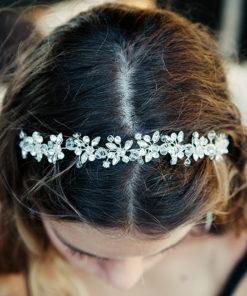 Le headband Beline de la collection Courtise-Moi est composée d'une structure argentée avec des strass disposés en forme de fleurs.