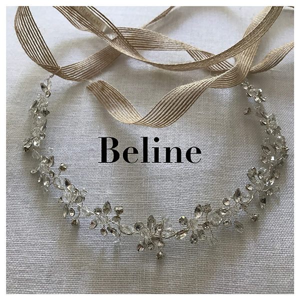 Le headband Beline de la collection Epouse-moi est un modèle romanesque qui se compose d'une structure argentée avec des strass disposés en forme de fleurs.