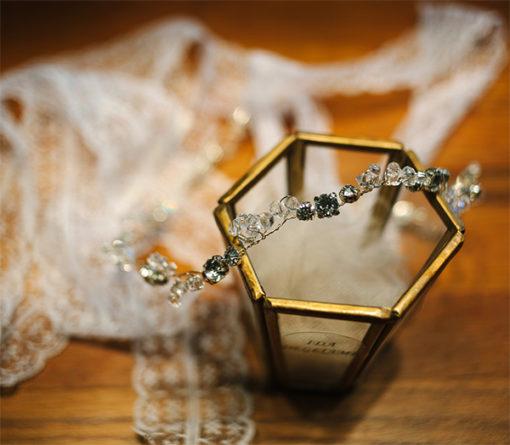 Le headband Appoline de la collection Epouse-Moidispose d'un lien coulissant personnalisable chanvre, tulle blanc ou dentelle blanche en fonction de la couleur de votre robe de mariée ou tenue