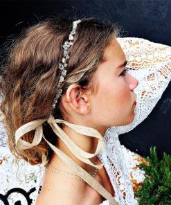 Le headband Appoline de la collection Epouse-Moi est un modèledoux et romantique