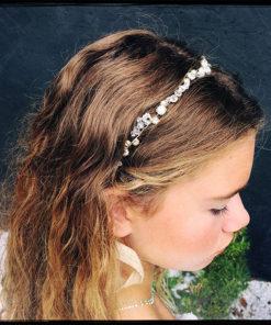 Le headband Appoline de la collection Epouse-Moise compose d'une structure fine argentée avec des strass et des cristauxjuxtaposés.