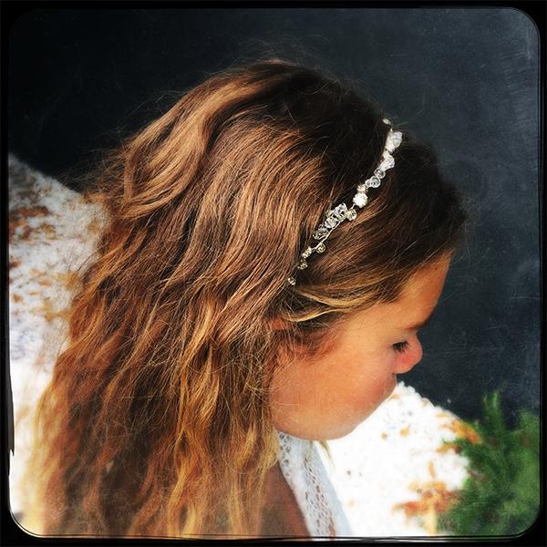 Le headband Appoline de la collection Epouse-Moise place et s'adapte parfaitement à votre tour de tête grâce à son lien coulissant.