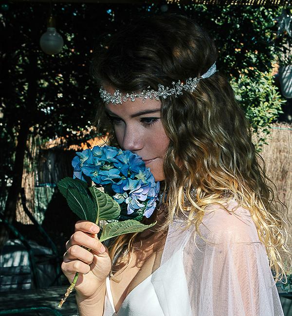 Le headband Beline de la collection Epouse-moi, se compose d'une structure argentée avec des strass disposés en forme de fleurs .