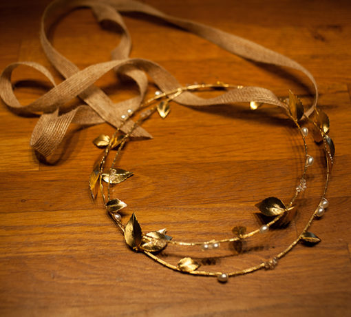 Le headband Laurianne de la collection Epouse-moise compose d'une double structure dorée avec des feuilles et des perles.
