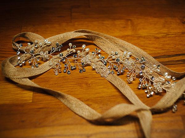 Le headband LOUISE de la collection Epouse-Moi se personnalise en fonction de votre robe : structure dorée ou argentée, lien chanvre, tulle blanc ou ivoire