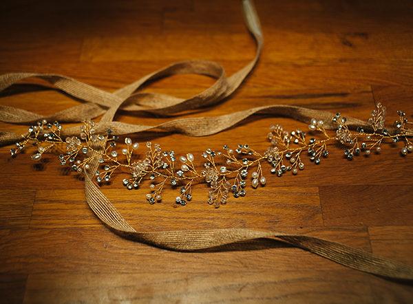 Le headband LOUISE de la collection Epouse-Moi s'attache grâce à un lien que l'on coulisse, couleur au choix : chanvre, tulle blanc, ivoire.