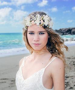 Le headband Romy de la collection Epouse-moi se compose d'une structure dorée avec des fleurs séchées, des perles et des fleurs en céramique.