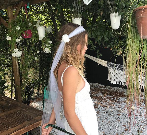 Le headband NINE de la collection Epouse-Moi se compose defleurs en soie de chaque côté.