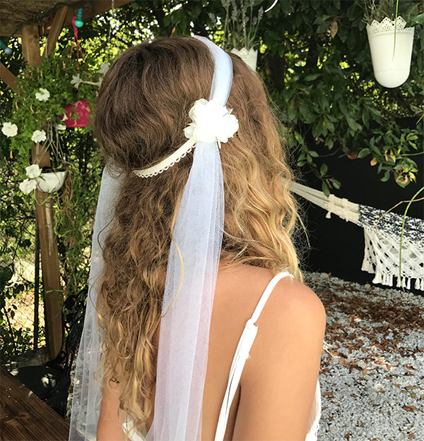 Le headband NINE de la collection Epouse-Moise glisse facilement et s'adapte sur toutes les têtes grâce à son lien élastique.