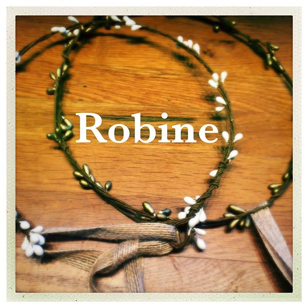Le headband ROBINE de la collection Epouse-moi est un modèle nature, bohème, estival et discret. Il se compose d'une couronne rigide en épis blanche ou bronze.