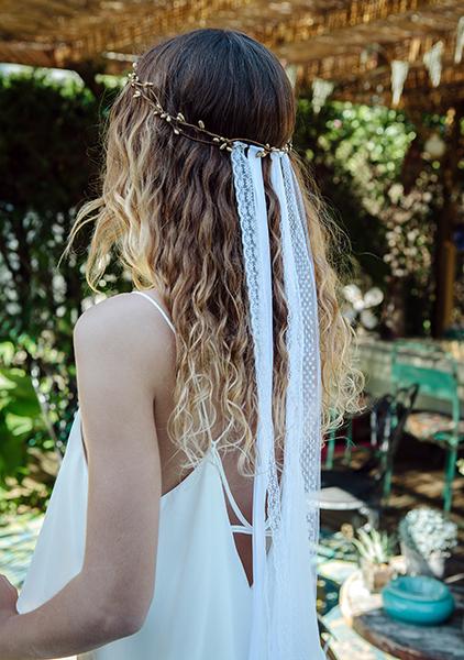 Le headband ANGIE collection epouse moi se porte sur l'arrière de la tête .