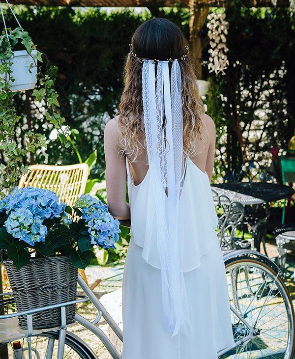 telle une traine à l'arrière du headband, le modèle angie de la collection epouse moi se compose de 5 double rubans de dentelle ou de satin blanc