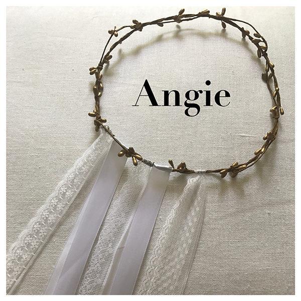 Le headband ANGIE collection mariage Epouse-Moi se compose d'une couronne avec des brins bronze et de 5 double rubans dentelle ou satin blanc telle une traine.