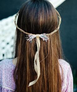 Le headband Ava de la collection Fille de la Ballese pose sur l'arrière de la tête.