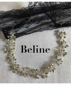Le headband Beline, collection soirée Courtise-Moi est élégant et se compose d'une structure argentée avec des strass. Se porte sur le front ou en serre tête.