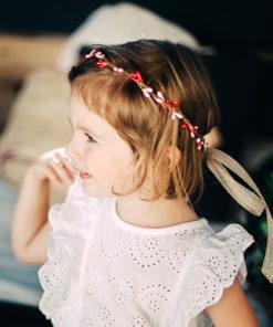 Le headband Rosalie de la collection enfant Ma Petite Chérie, modèle Cerise, se compose d'épis rouges et roses