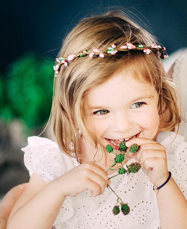 Le headband Rosalie de la collection enfant Ma Petite Chérie, modèle Fraise, se compose d'épis roses et verts